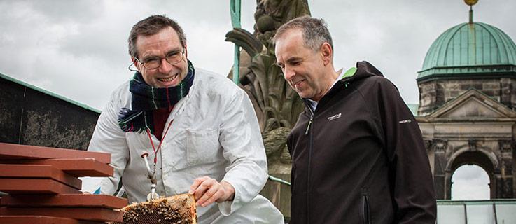 Uwe Marth, volunteer beekeeper for Berlin summt!, and Lars-Gunnar Ziel, general manager of the Berlin Cathedral. Photo (CC): Michael Schrenk/FUTURZWEI